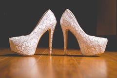 端庄的妇女` s婚姻的白色鞋子 免版税图库摄影