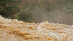 端点瀑布从一肮脏黄沙的落的水 大象瀑布 大叻 越南 股票视频