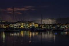 端起与小船和大厦在亚得里亚海的海岸Izola,斯洛文尼亚 库存图片