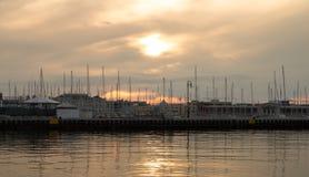 端起与小船和大厦在亚得里亚海的海岸Izola,斯洛文尼亚 免版税图库摄影