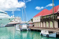 端起与小船,乘快艇,运送,划线员在圣约翰斯,安提瓜岛 免版税库存照片