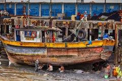 端起工作者修理在巴拿马城捕鱼港口的一个渔船  免版税库存照片