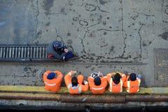 端起蓬塔阿雷纳斯口岸船坞的工作者  库存照片