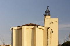 端起Grimaud,有一个二次方塔的村庄教会,法国 免版税库存图片