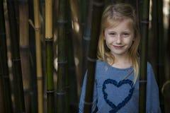 竹丛林的女孩 免版税库存照片