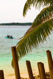 竹子和棕榈树叶子和小船在蓝色海,菲律宾Bo 库存图片