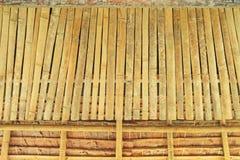 竹子和茅草屋顶背景 免版税库存照片