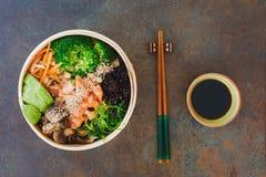 竹子蒸了与素食者和酱油的三文鱼 免版税库存图片
