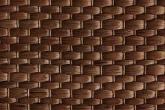 竹子被编织的棕色席子手工制造背景 柳条木纹理 免版税库存照片