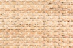 竹子被编织的米黄席子手工制造背景 免版税库存照片