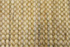 竹子被编织的米黄席子手工制造背景 库存图片