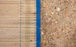 竹席子和沙子在海滩 免版税图库摄影