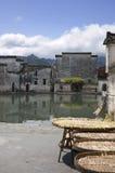 竹干燥近的月亮池塘 免版税库存图片