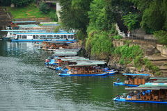 竹木筏和巡航在锂河,瓷 库存图片