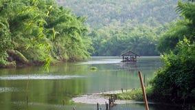 竹木筏在有树的河Kwai和山和蓝天 影视素材