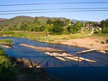 竹木筏在从纪念桥梁观看的Pai河在Pai, Ma 库存照片