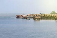 竹木筏小屋浮动餐馆在泰国 库存图片