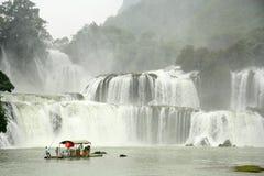 竹木筏的游人接近板约瀑布,越南 图库摄影