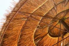 竹沙滩伞背景  热带假日横幅 免版税库存照片