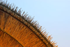 竹沙滩伞背景  热带节假日概念 免版税图库摄影