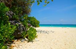 竹海滩小船海岛长的掌上型计算机尾标泰国结构树 库存照片