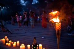 竹火炬 夜在海滩的被点燃的火炬 免版税库存照片