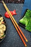 竹筷子和Koi鱼持有人 库存图片