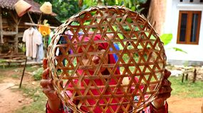竹篮子女工匠,当完成他的工作时 免版税库存照片