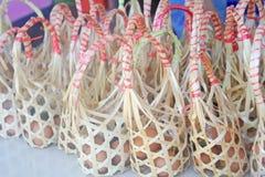 竹篮子用在桌上的鸡鸡蛋待售 免版税库存图片