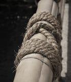 竹篱芭的黑白颜色有棍子绳索的在晴朗的d 免版税库存照片
