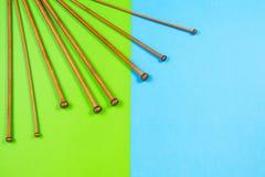 竹编织针品种用在五颜六色的背景的不同的大小 免版税库存照片