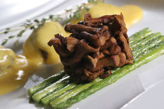 竹黄蘑菇油煎的新芽 免版税图库摄影