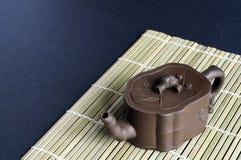 竹黏土席子小的茶壶 库存图片