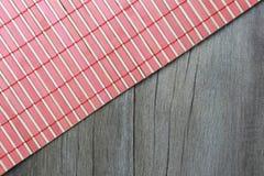 竹织法纹理在棕色木头说谎 库存图片