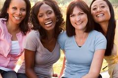 笑不同的小组的妇女谈话和 库存照片