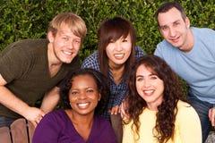 笑不同的小组的朋友谈话和 免版税图库摄影