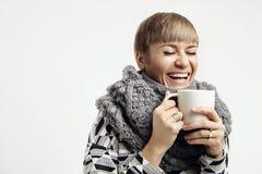 笑与一个白色杯子的年轻俏丽的妇女 构思设计布局 免版税库存照片