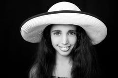 笑与太阳帽子的一个年轻非裔美国人的女孩的画象 免版税库存照片