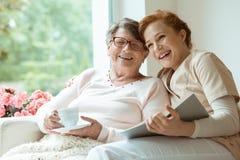 笑与她的孙女的祖母 库存图片
