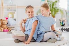 笑与姐妹的女孩 免版税库存图片