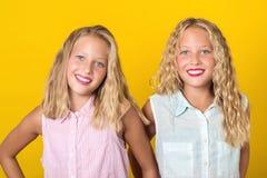 笑与完善的微笑的愉快的微笑的俏丽的少年孪生女孩 人们、情感、青少年和友谊概念 r 库存图片