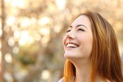 笑与完善的牙的妇女的画象 免版税库存图片