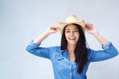 笑与牛仔帽的快乐的妇女 免版税库存照片