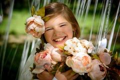 笑与眼睛的美丽的女孩闭上 免版税库存照片