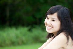 笑亚裔美丽的女孩户外 免版税图库摄影