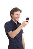笑使用一个巧妙的电话的滑稽的人 免版税库存图片