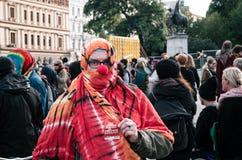 笑剧和小丑服装的人们抗议反对对正面面纱的奥地利禁令在公共场所 免版税库存照片