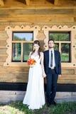 笑和举行的新娘和新郎手 免版税库存照片