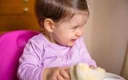 笑和使用与玩具开会的愉快的婴孩 免版税库存图片