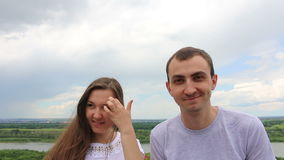 笑和微笑对照相机的年轻朋友 股票录像